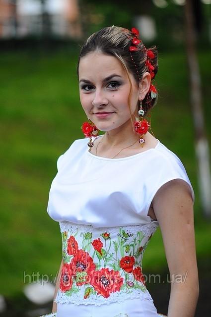 Вишивана флористика, сукня від модного дизайнера Оксани Полонець, Україна