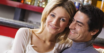 اهمية فهم الحالة النفسية لشريك حياتك - رجل وامرأة سعيدان - happy married couples