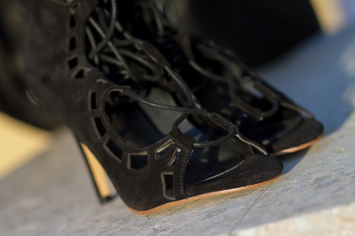 Sandalias de tacón con cordones negras de ante