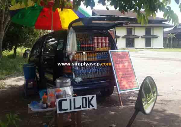 UNIK : Mobil yang juga sekaligus tempat jualan.  Foto ini diambil di plaza Gedung Auditorium Universitas Tanjungpura Pontianak. Foto Asep Haryono.