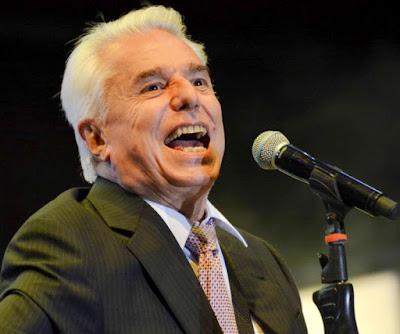 Enrique Guzmán cantando