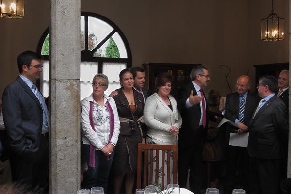 Personal de Correos recogiendo la Medalla Colectiva de la FASFIL