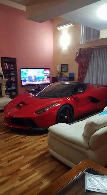 Pria ini parkir LaFerrari di dalam rumah