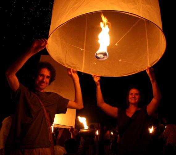 us releasing lantern 570x500 أجمل مهرجانات العالم ''مهرجان المصابيح في تايلند '' سيذكرك بفيلم ديزني الشهير Tangled