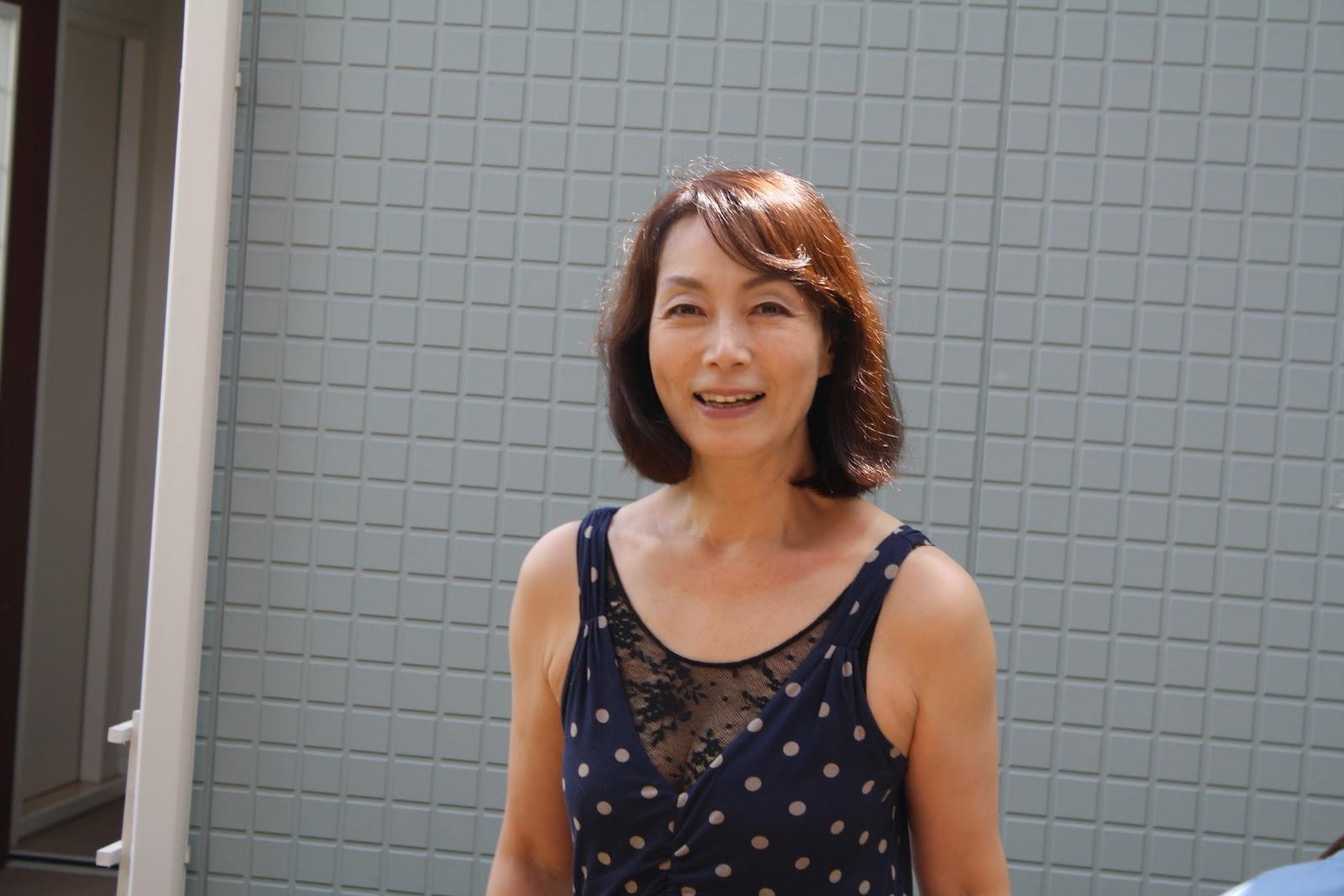 涼し気な格好で爽やかに笑う島田陽子