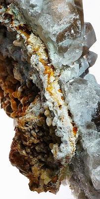 cristaux de calcite érodés avec un détail de la finesse de la plaque de quartz, trouvé dans le Mont-Blanc, photo: Philippe Dufrêne©Crystalmontblanc