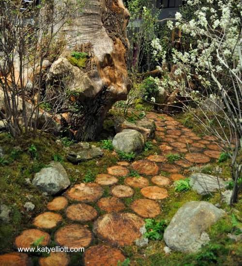 Camino de discos de cortes de troncos de árboles en el jardín