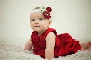 gambar bayi perempuan dan aksesoris rambut biru merah