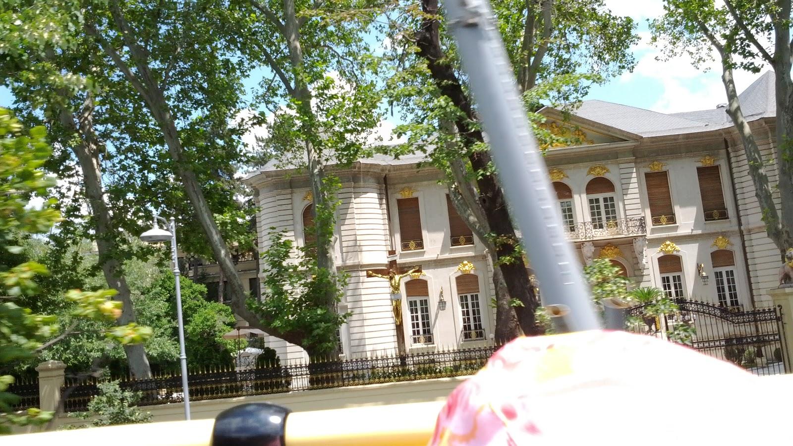 Casa lui Gigi Becali - cruce aurita