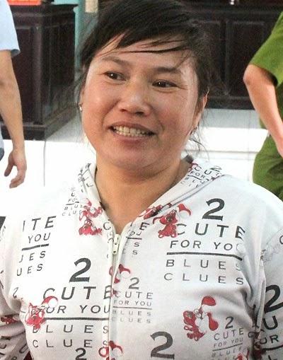 Người đàn bà lột quần áo tình địch cười khi nhận án