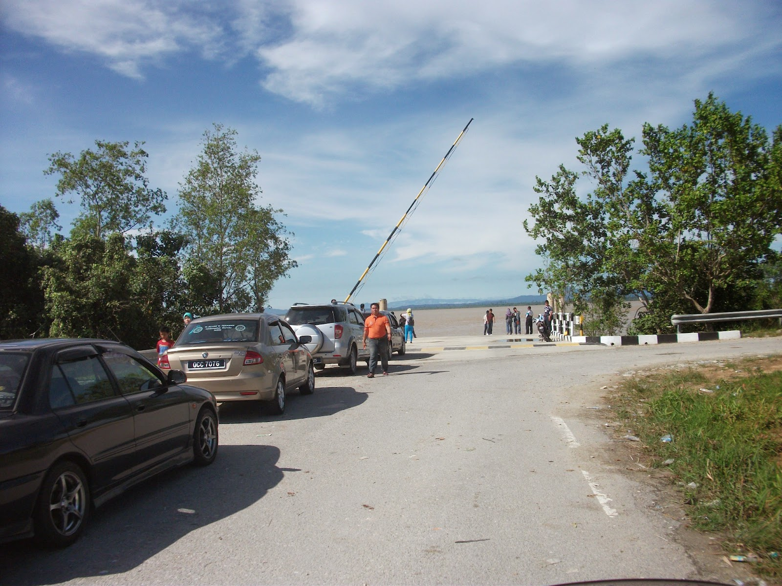 Vehicles queueing at Batang Lupar ferry crossing at Kampung Teriso - Pix: Nelson's Adventure