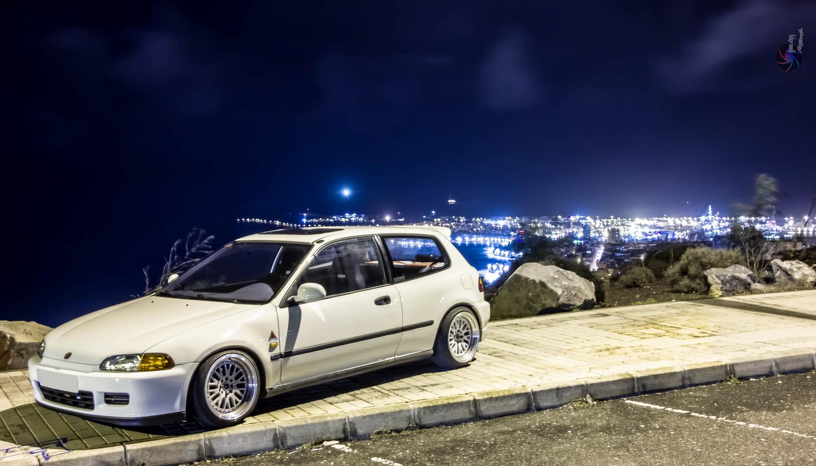 Honda Civic V. Popularny hatchback z lat 90, często polecany na pierwsze auto, charakeryzuje się niską linią nadwozia, najlepsze wersje wyposażone są w wysokoobrotowe silniki B16 z VTEC. Fotografia wykonana nocą.