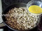 Clatite brasovene cu ciuperci si carne preparare reteta umplutura - punem amestecul pentru a lega compozitia