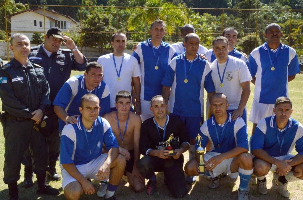 Campeões: comando da PM e equipe comemoram a conquista do torneio de futebol pelo Dia do Soldado