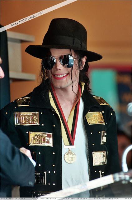 Foto di Michael e i bambini - Pagina 21 Michael_jackson_awards_guinness_may_1993+(21)