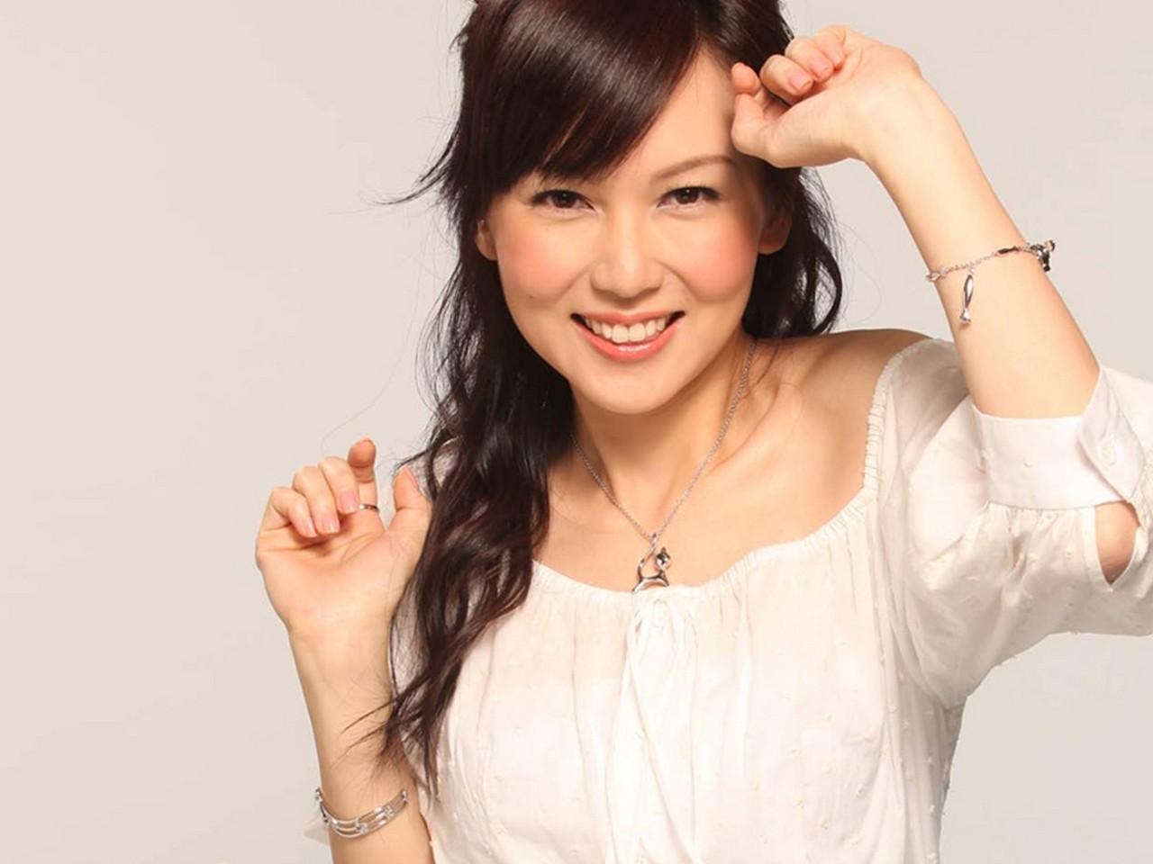 Macy Chan: http://tvbdesktop.blogspot.com/2012/11/macy-chan.html