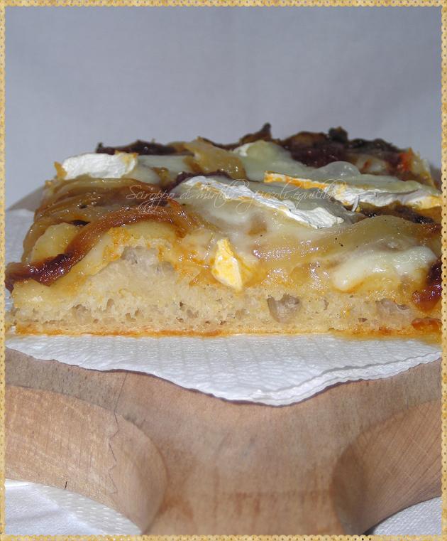 Trancio di pizza con cipolla 'Nduja e Fiocco della Tuscia