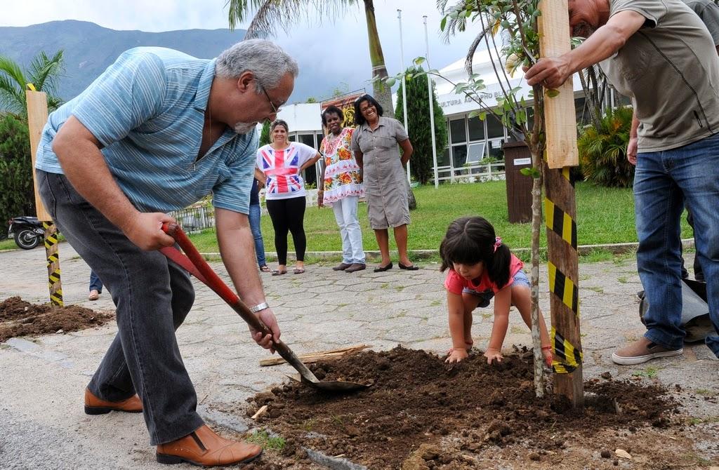 Maurício Gomes realiza o plantio, com a ajuda da pequena Janaína Mavignier