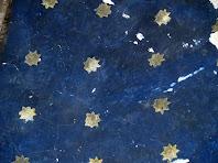 Detall del cel estrellat pintat a la volta de l'absis de l'ermita
