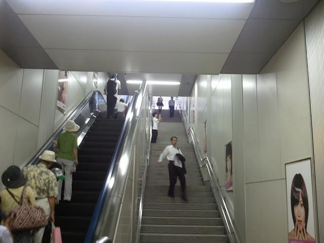 8月27日AKB48前田敦子あっちゃんの卒業式の日JR秋葉原駅中エスカレーターの広告物ポスターその4