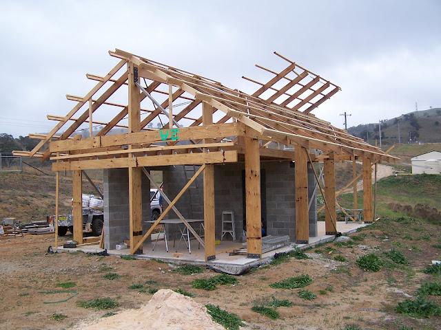 Внешний вид стройки дома из соломы
