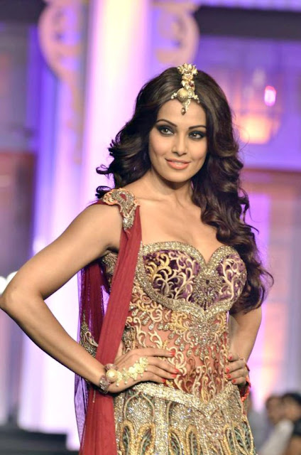 Bipasha Basu Sizzling walk on the ramp at Aamby Valley India Bridal Fashion Week