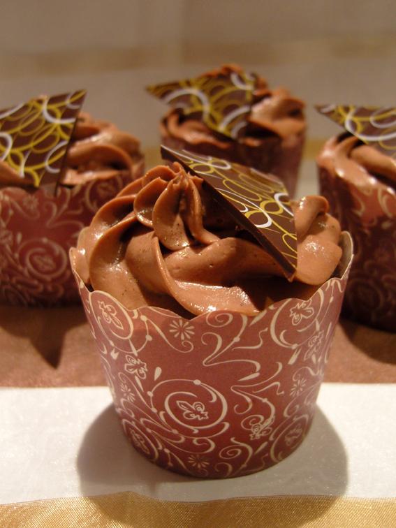 Gefüllte Schokoladen-Cupcakes mit Schokoladen-Schmand-Frosting