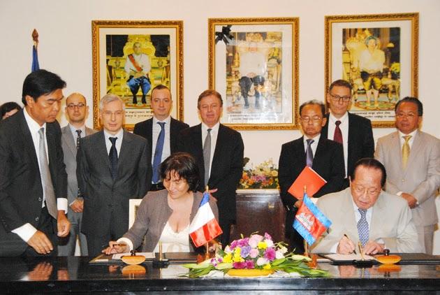 Signature ce mardi de quatre conventions entre la France et le Cambodge pour soutenir le developpement economique et social du royaume. La cérémonie s'est déroulée au Ministère des Finannces en presence de Mme Annick Girardin, Secrétaire d'Etat au Développement et à la Francophonie  et avec S.E. Aun Porn Moniroth, Ministre de l'Economie et des Finances. Ces conventions couvrent des programmes étalés de 2015 à 2018.