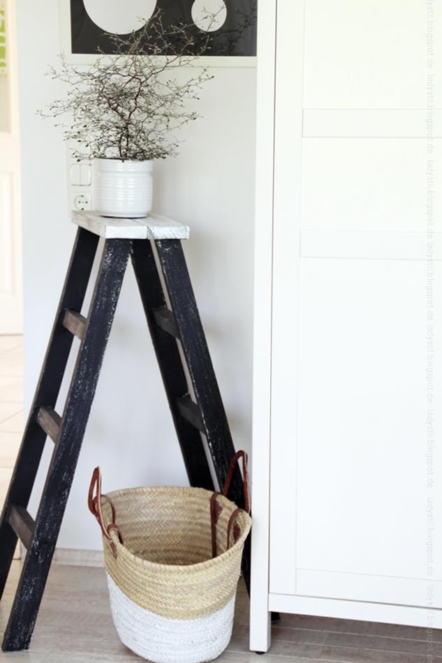 Büroecke mit Zickzackstrauch auf Leiter schwarzweiß Optik
