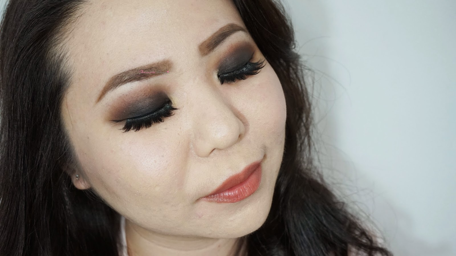 A classic smokey eyes makeup tutorial with a simple and basic technique for beginners and professional out there. A technique that is quick to apply on a daily basis. Using Sariayu color trend 2014 Borneo in B03, a pigmented, perfect small kit for day and night neutral look in an affordable price.