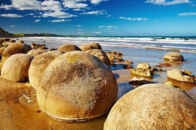 Bolas redondas de piedra en la Isla del Sur, Nueva Zelanda. - Famous Moeraki Boulders, South Island, New Zealand.