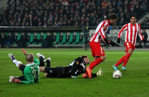 Atlético Madrid striker Adrián scores past Hannover's Ron-Robert Zieler and Christian Pander