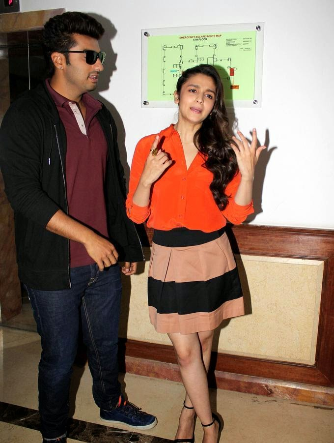 http://2.bp.blogspot.com/-dHMvIn8zABk/UzUedT0yuNI/AAAAAAAAnS0/lAufDiiEC3Q/s1600/Alia+Bhatt+&+Arjun+Kapoor+at+film+2+States+Promotion+(7).jpg