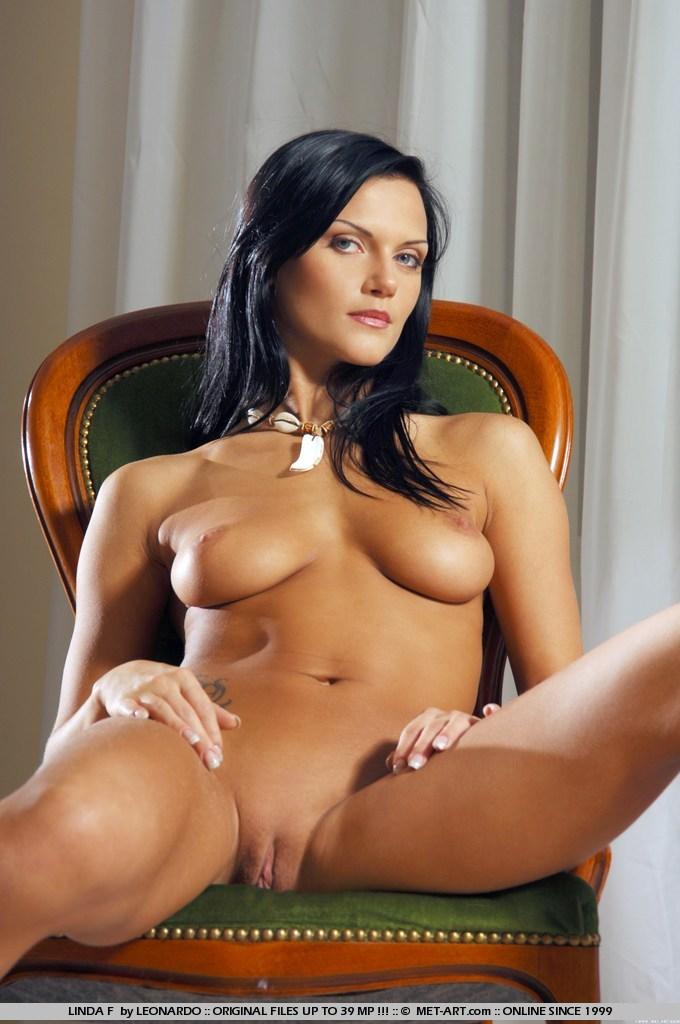 Sentada En Una Silla Y Desnudandose Libre Abre Las Piernas Sus Labios