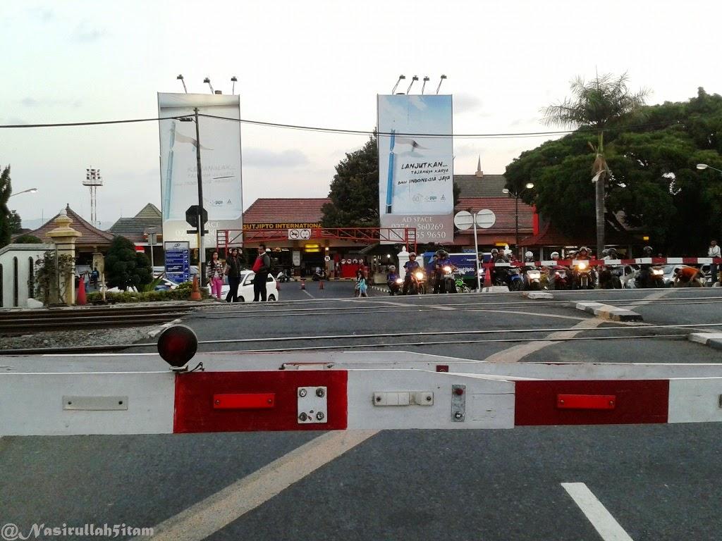 Portal kereta api tepat dijalan menuju Bandara Adi Sucipto, Yogyakarta