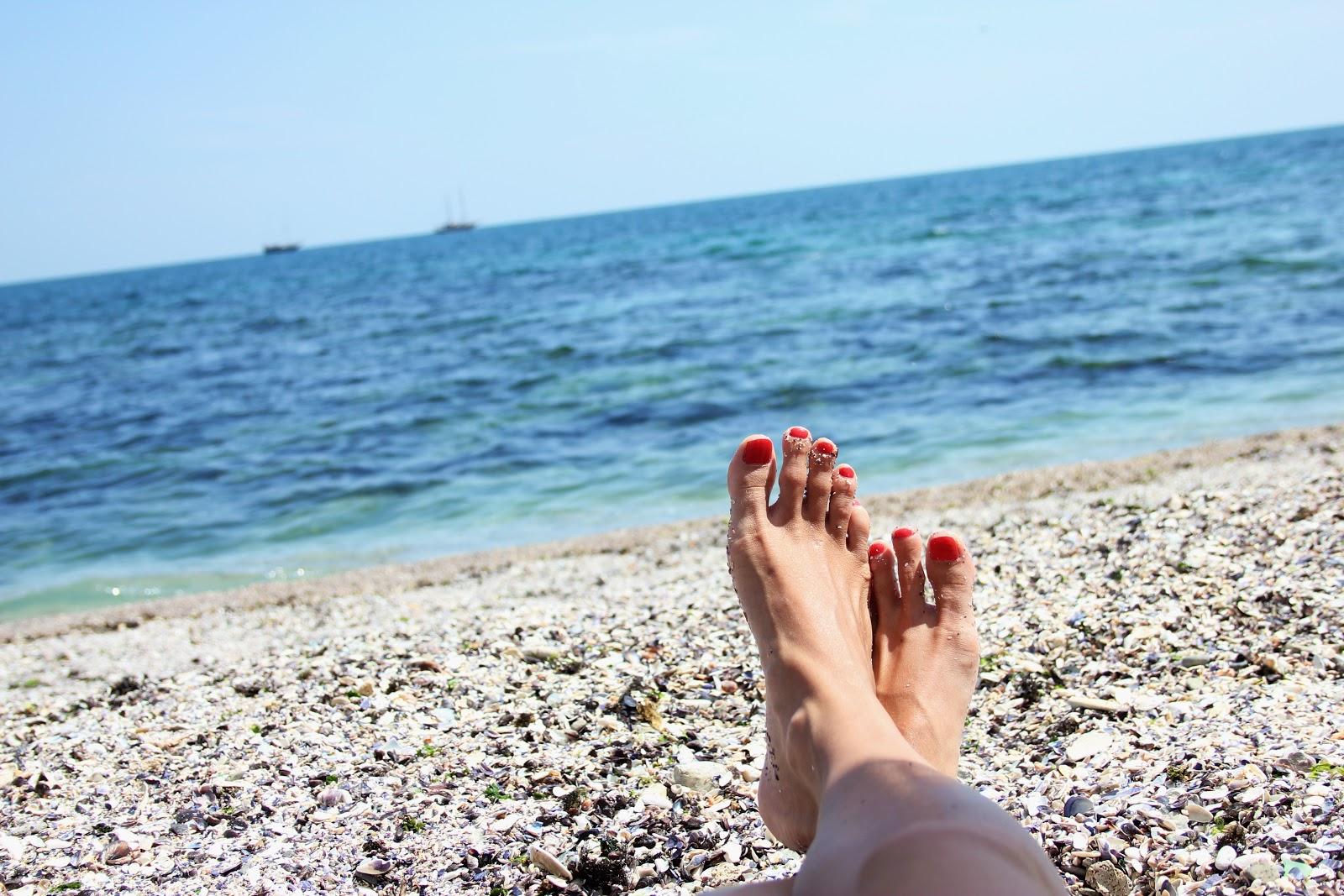 Фото ног девочек на пляже 1 фотография