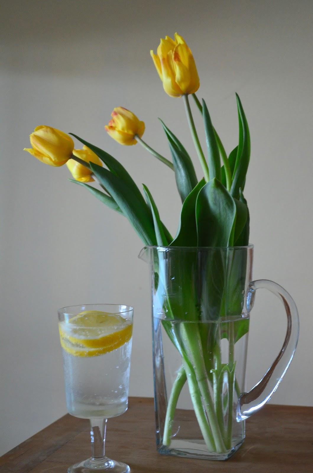 tulipas amarelas e limão siciliano