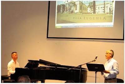 """Foto: Antonio M. Herrera recitant """"Villa Eugenia"""", el seu particular homenatge al Modernisme"""