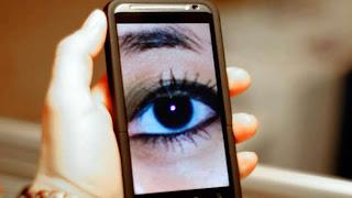 Esos molestos anuncios pop-up (de ventanas emergentes) de la década de 1990 están de regreso, pero esta vez toman tu smartphone como rehén. Decenas de miles de aplicaciones están corriendo anuncios de redes de publicidad engañosas que cambian la configuración de los smartphonesy toman información de los contactos sin permiso, según un nuevo estudio publicado este lunes. Las agresivas redes de anuncios pueden disfrazar la publicidad como notificaciones de mensajes de texto o iconos de aplicaciones, y a veces cambian la configuración del navegador y los marcadores. A menudo, los anuncios subirán tu lista de contactos a los servidores de