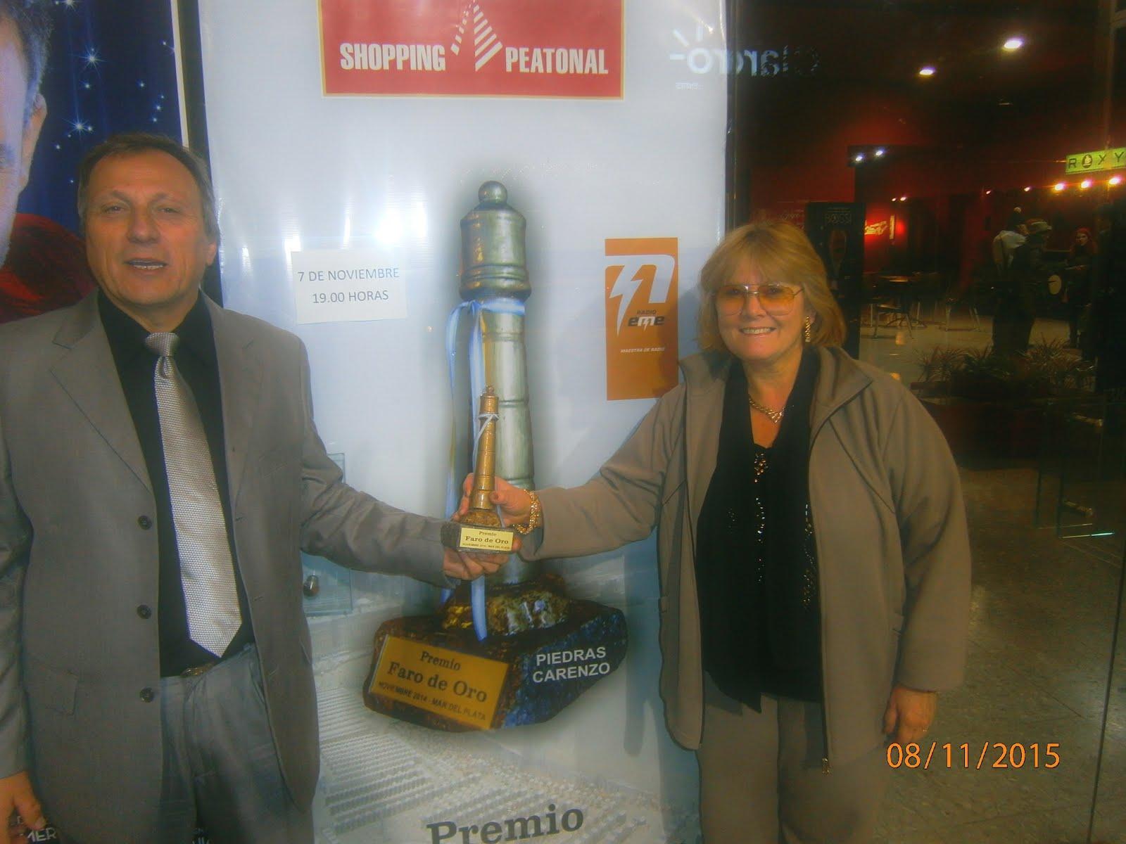 ALICIA SANTI Y JULIO CASATI ,CONDUCTORES DEL PROGRAMA JUNTO A LA ESTATUILLA FARO DE ORO 2015