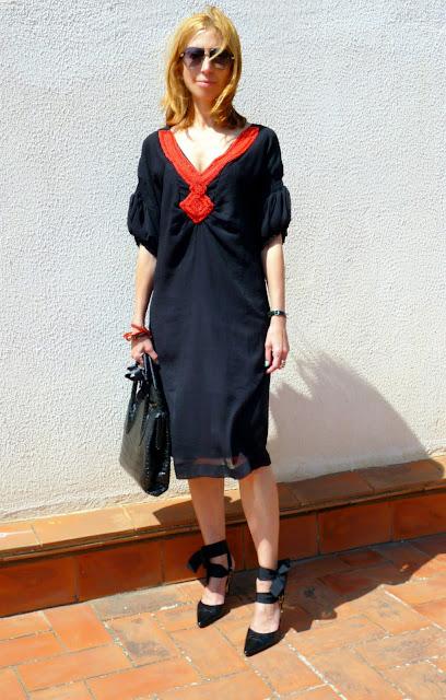 imagen vestido negro largo rodillas detalles coral almatrichi
