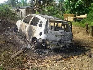 Grupo queimou carro durante fuga em zona rural de Itabela (Foto: Alex Barbosa/ Site Bahia Dia a Dia)