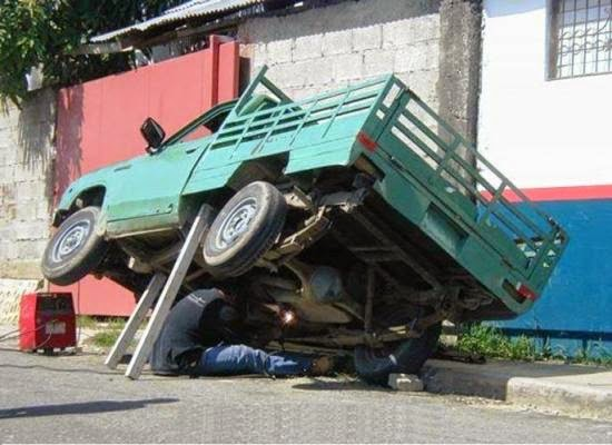 smiješna slika: popravka automobila u Alžiru