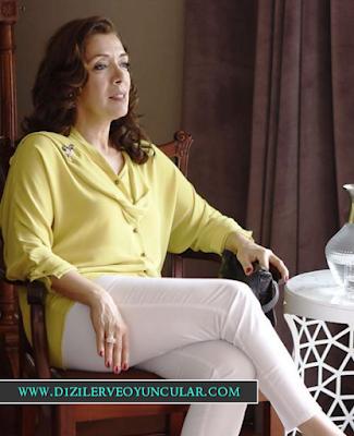Nevra'nın Giydiği sarı bluz ve beyaz pantolon