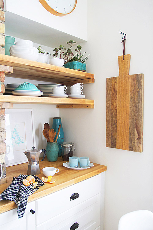 Combinación de madera y blanco en cocina