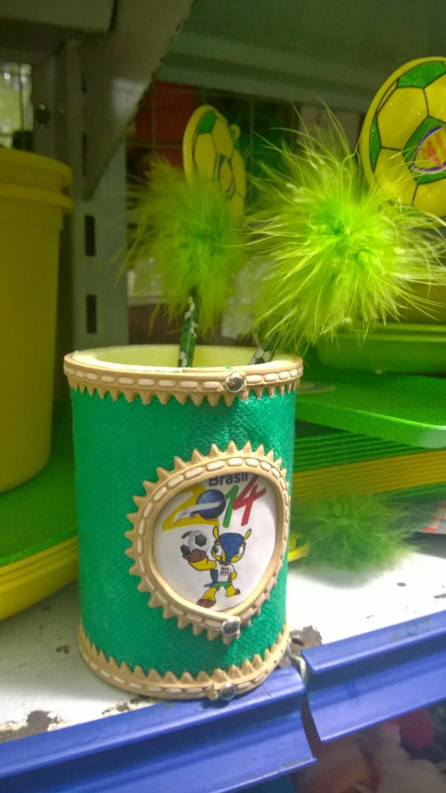 recipiente para manter a temperatura da bebida com imagem do mascote da Copa - Fuleco - nas lojinhas de 1,99