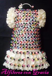 Presentación: vestido de flamenca con flamenquitas de 1,60€ la unidad con tapón +IVA incluido