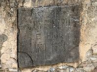 Placa situada al laterals d'un dels safareigs, amb la data gravada de 1884