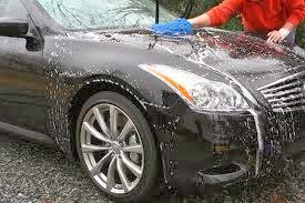 membersihkan mobil