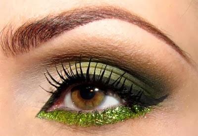 maquiagem com delineado preto e glitter nos cílios inferiores Carnaval